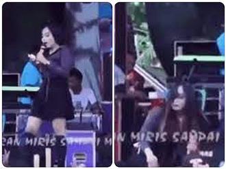 Nữ ca sĩ thẳng tay đập micro vào đầu khán giả, chuyện gì đã xảy ra?