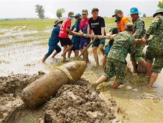 Một quả bom nặng 340 kg bên trong còn 183kg thuốc nổ được phát hiện dưới ruộng lúa