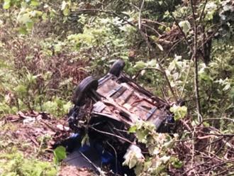 Xe taxi rơi xuống vực sâu 100 mét, 1 người chết, 3 người bị thương