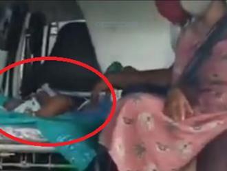 Bé gái 16 tháng tuổi chết trước cửa bệnh viện vì Covid-19 ở Ấn Độ, mẹ gào khóc cầu xin giúp đỡ nhưng không một cánh tay nào chìa ra