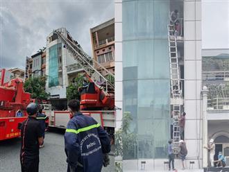 Cháy nhà 5 tầng cho thuê trọ ở quận Tân Bình - TP.HCM: Một người nhảy sang nhà bên cạnh, cố thoát khỏi căn nhà cháy bị trượt chân rơi xuống đất