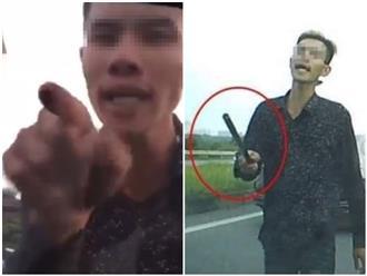 Hà Nội: Tài xế xe tải 'múa gậy', hung hãn đập phá xe ô tô trên đường cao tốc