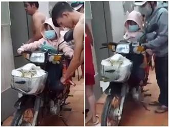 'Hành trang đặc biệt' của hai cha con chạy xe máy về quê khiến mọi người cay xè đôi mắt: Gia đình đi 3 nay về chỉ còn 2