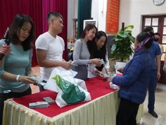 Vợ chồng Công Vinh - Thủy Tiên về Nghệ An cứu trợ lũ lụt: Trao mỗi gia đình từ 5-20 triệu đồng