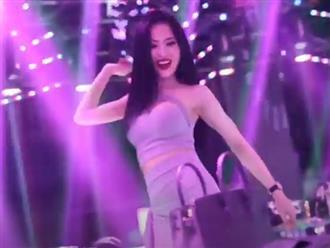 Xịt máu mũi với nữ phù thủy 'quay đĩa' cực sung, nhảy cực 'cuốn' trang phục 'o ép' body nóng bỏng hơn nắng Sài Gòn
