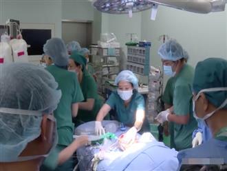 Tin vui: 18h40, cặp song sinh Trúc Nhi - Diệu Nhi đã được đưa ra khỏi phòng mổ sau khi các bác sĩ hoàn tất khâu tạo hình cuối cùng