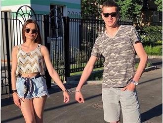 Cuộc sống 123 ngày của cặp đôi tình nguyện trói tay nhau bằng dây xích để thử thách tình yêu