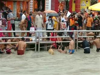 Không đeo khẩu trang và giữ khoảng cách, hàng trăm người dân Ấn Độ tiếp tục tụ tập bên sông Hằng trong một lễ hội