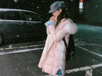 Nữ sinh đứng ở bên lề đường suốt một ngày trời chỉ với mong muốn quay trở về bên người yêu cũ