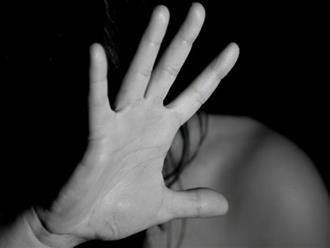 Thiếu nữ 17 tuổi bị cha ruột cưỡng hiếp và ép quan hệ với hơn 20 người đàn ông khác