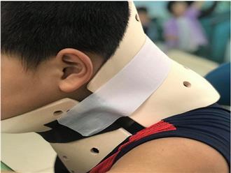 Bắt chước video nhào lộn trên mạng, bé trai chấn thương cột sống cổ