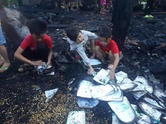 Đau lòng: Nhà cháy lúc cha mẹ đi khám bệnh, 3 anh em bới tìm những trang vở trong đống tro tàn