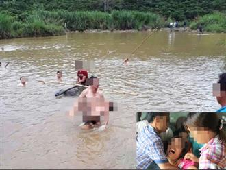 Người thân khóc ngất khi tìm thấy thi thể 3 anh em chết đuối vì trượt chân