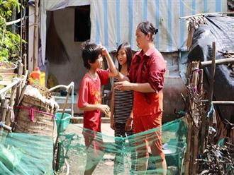 """3 đứa trẻ không cha, đói ăn bên người mẹ bệnh tật: """"Con đi lượm ve chai, vỏ dừa khô để phụ mẹ nuôi em"""""""