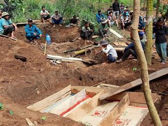 Vụ sạt lở kinh hoàng ở Trà Vân: Nghẹn ngào hình ảnh nấm mồ chung của 4 người trong cùng một gia đình