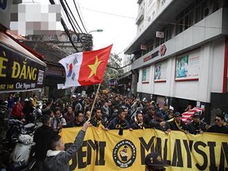 Trước giờ G, CĐV Malaysia đốt pháo sáng, hát tập thể, diễu hành tắc nghẽn phố cổ Hà Nội