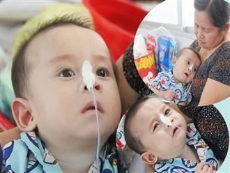 Ánh mắt cầu cứu của bé trai 7 tháng tuổi bị mẹ bỏ rơi trước cổng chùa vì mắc bệnh bại não