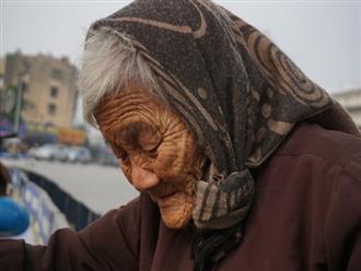 Bà cụ lưng còng trong bức ảnh gục đầu bên gánh hàng rong: 'Tôi đã đăng ký hiến xác cho y học, chỉ mong sống khoẻ chết nhanh'