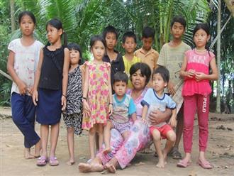 Bà đi lượm ve chai nuôi 11 đứa cháu cả nội cả ngoại bị bố mẹ bỏ rơi, đau ốm mà không có tiền chữa
