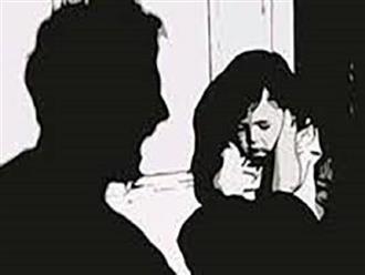 """Mẹ đi vắng, bé gái 14 tuổi bị cha dượng """"quan hệ"""" nhiều lần"""