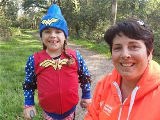 """Bé gái 6 tuổi bị bệnh không thể đi bộ quá 5 phút nhưng lại làm nên điều không tưởng ở giải chạy marathon và được coi là """"nữ thần chiến binh thực thụ"""""""