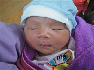Quảng Nam: Bé trai 10 ngày tuổi xinh như thiên thần bị bỏ rơi gần cống chui cùng bình sữa nóng