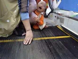 Xót cảnh bé trai 2 tuổi bị kẹt 'của quý' ở thang cuốn siêu thị