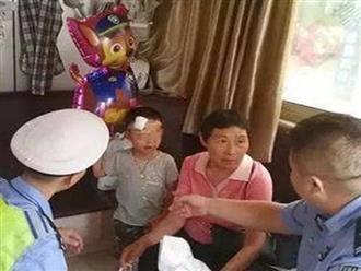 Bé trai bị mẹ bỏ rơi trên đường, tay cầm chặt đơn ly hôn: 'Tôi không cần đứa trẻ này'