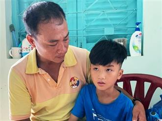 Bé trai đi lạc 4 tháng ở Sài Gòn nói từng bị cha đánh bằng khúc cây to, giả vờ không nhớ tên và SĐT cha