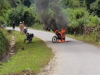 Bị CSGT dừng xe, người đàn ông đầu trần lớn tiếng rồi đốt xe