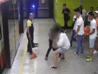 Bị kẻ lạ luồn tay vào váy trên tàu điện ngầm, cô gái nhanh trí khiến 'yêu râu xanh' bị bắt tại trận