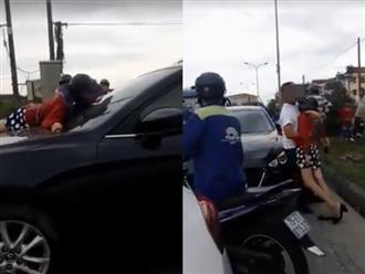 Bị bắt gặp ngoại tình, chồng nhấn ga bỏ chạy mặc kệ vợ đeo bám trên nắp capo ô tô