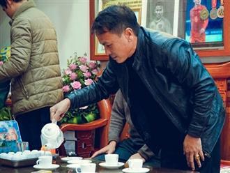 Bố mẹ đón Quang Hải về nhà bằng nồi lẩu bò