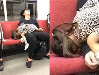 Bố và con gái nằm ngủ 'sải lai' trên xe công cộng khiến cộng đồng mạng 'cười xỉu'