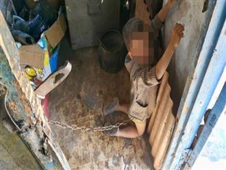Bức ảnh khiến hàng triệu người mẹ bức xúc: Bé trai 6 tuổi bị cha mẹ ruột xích, bắt quỳ gối trước cửa nhà