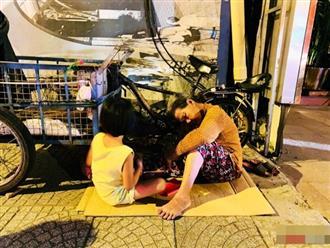 Bức ảnh khiến nhiều người nghẹn ngào trong đêm chung kết AFF Cup: 'Sắp hết kiếp người mà bà vẫn chưa hết khổ'