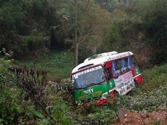 Nghệ An: Xe buýt chở hàng chục khách lao xuống vực bên đường sau va chạm với xe đầu kéo