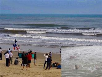 Cận Tết, 2 học sinh là anh em họ bị sóng cuốn mất tích khi đi tắm biển cùng bạn