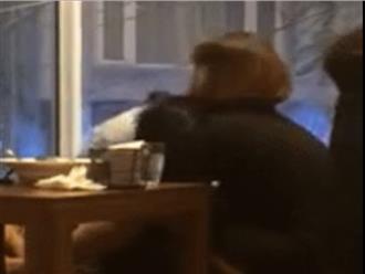 Cặp đôi thể hiện tình cảm mãnh liệt trong quán ăn bị cư dân mạng chỉ trích