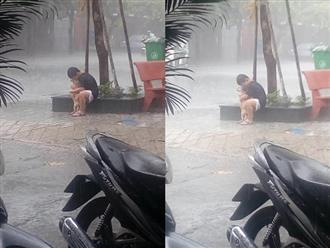 Bức ảnh cậu bé gồng mình che mưa cho chú chó nhỏ nhận 'bão' like trên mạng xã hội