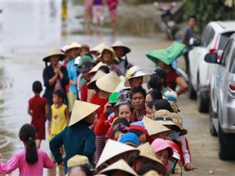 """Câu chuyện cứu trợ sau trận """"đại hồng thủy"""" ở Quảng Bình: Điều tiết thế nào để tránh tình trạng người dân nơi thừa, nơi thiếu"""