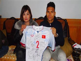 Cầu thủ Phạm Xuân Mạnh tặng áo có chữ ký của đội tuyển U23 Việt Nam cho một câu lạc bộ thiện nguyện để làm từ thiện