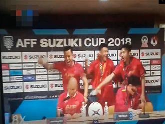 Thầy Park đang nghiêm túc trả lời phỏng vấn, dàn cầu thủ tuyển Việt Nam lại có hành động lầy lội thế này