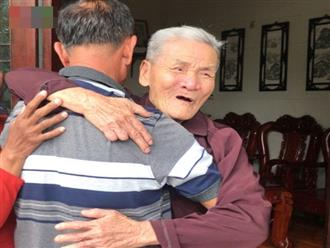 Cha già nghẹn ngào khi gặp lại con trai sau 40 năm là 'liệt sĩ'