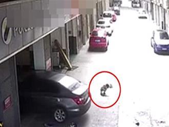 Clip: Cha lái xe cán lên người con trai ngồi chơi trước cửa gara khiến nhiều người bàng hoàng