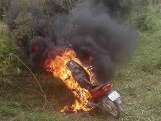 Tuyên Quang: Con đi xe máy không có gương chiếu hậu bị CSGT bắt giữ, bố chạy đến hiện trường châm lửa đốt xe