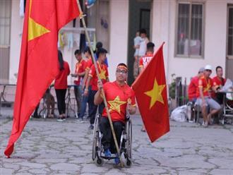 Chàng trai khuyết tật tự đi xe ba bánh gần 40 km đến Hà Nội cổ vũ đội tuyển Việt Nam trong trận đấu với tuyển Philippines