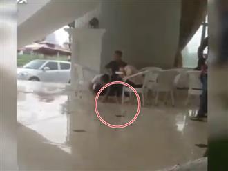 Clip: Chàng trai lau chân, giày cho bạn gái vì dính nước mưa gây tranh cãi