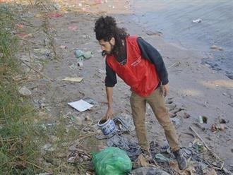 Chàng trai Mỹ cần mẫn nhặt rác dưới chân cầu Long Biên ngày tiễn Ông Công Ông Táo về chầu trời