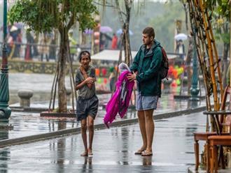 Hình ảnh chàng trai ngoại quốc đuổi theo, tặng chiếc áo ấm cho người đàn ông co ro giữa mưa lạnh ở Hội An khiến nhiều người ấm lòng